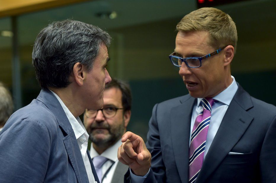 Ministros das Finanças grego e finlandês conversam / REUTERS/Eric Vidal