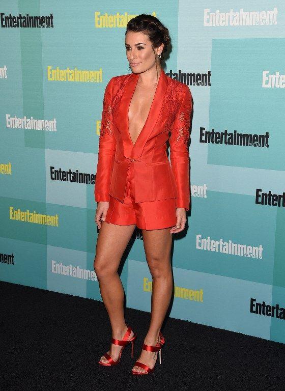 Lea Michele apareceu com decote generoso na Comic-Con