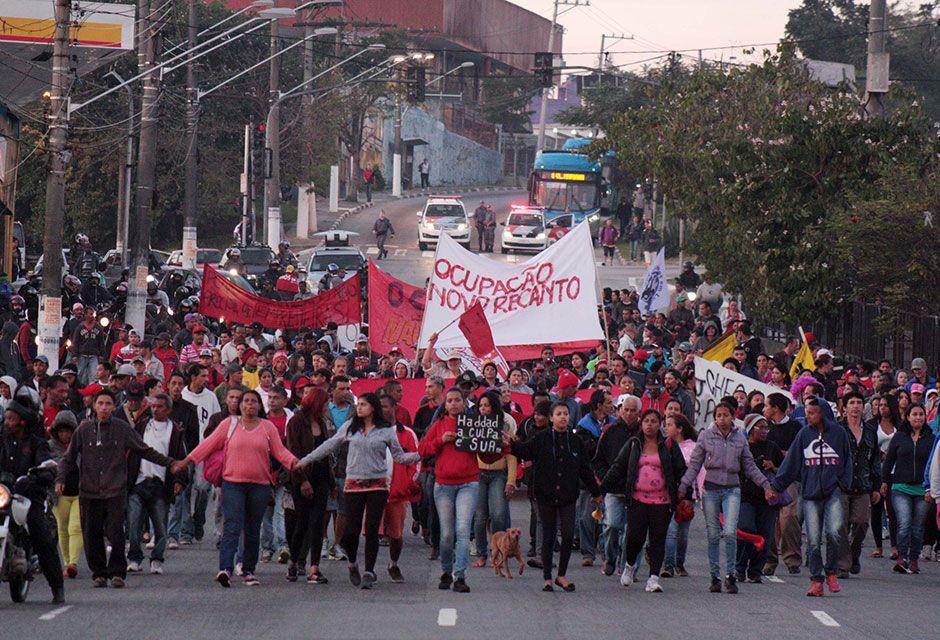 Grupo caminha pela Avenida Senador Teotônio Vilela / Luiz Claudio Barbosa/Código19/Folhapres