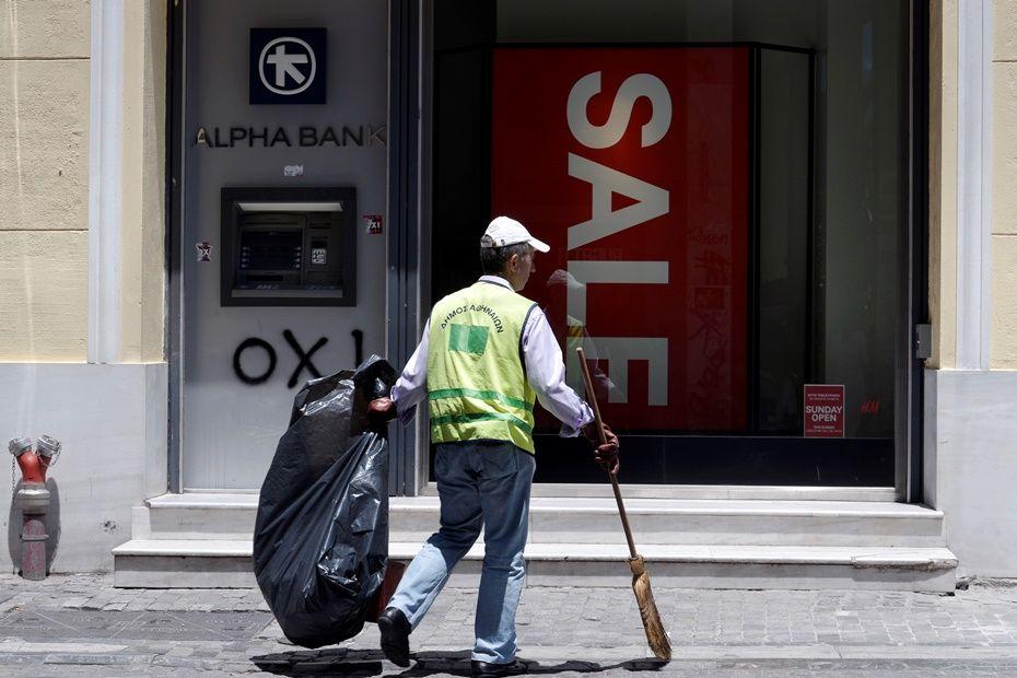 Contrariando previsões, bancos gregos continuam fechados / LOUISA GOULIAMAKI / AFP