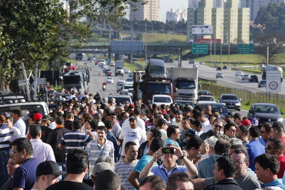 Cegonheiros protestam em frente à fábrica da Volkswagen / Moacyr Lopes Junior/Folhapress