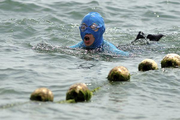 Mulheres chinesas usam o face-kini para nadar