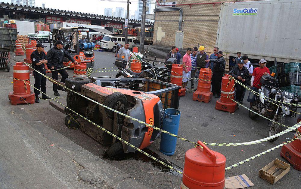 Vítima operava o equipamento quando a empilhadeira tombou sobre seu corpo / Alex Falcão/Futura Press/Folhapress