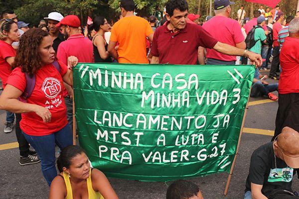 Sem-teto fizeram uma caminhada de quase quatro quilômetros /  Marcelo S. Camargo / Frame / Folhapress