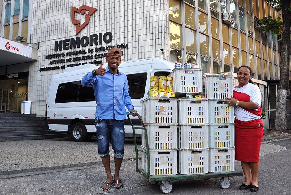 Nego do Borel faz doação de leite em pó / Divulgação/Hemorio