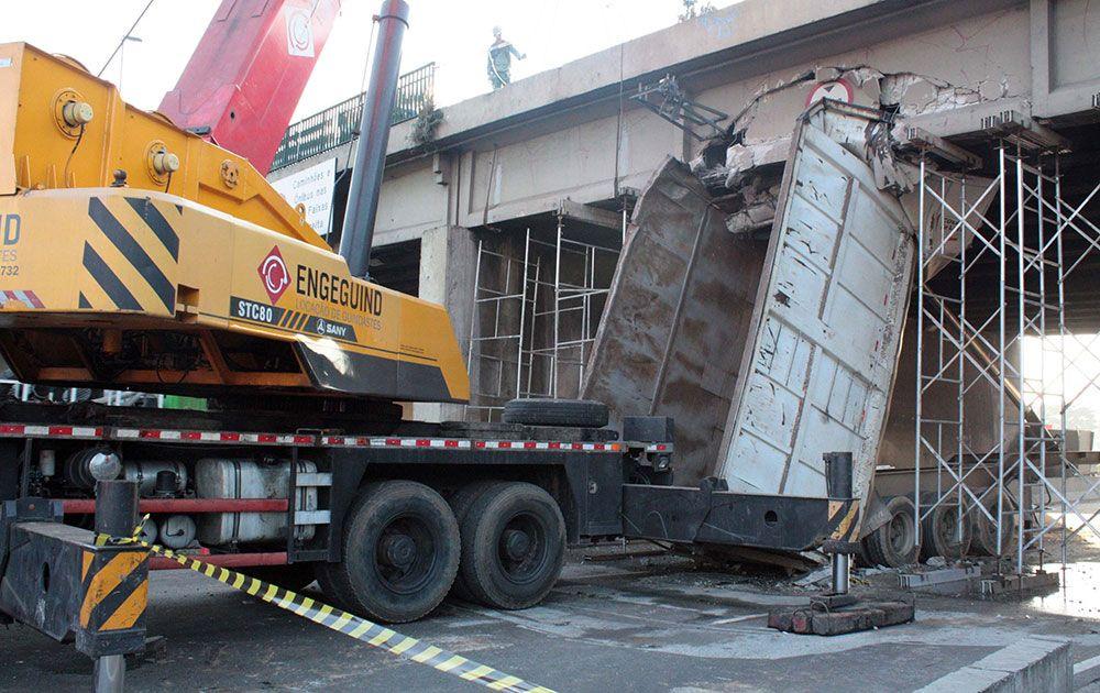Escavadeira e um gerador de energia ajudam na remoção
