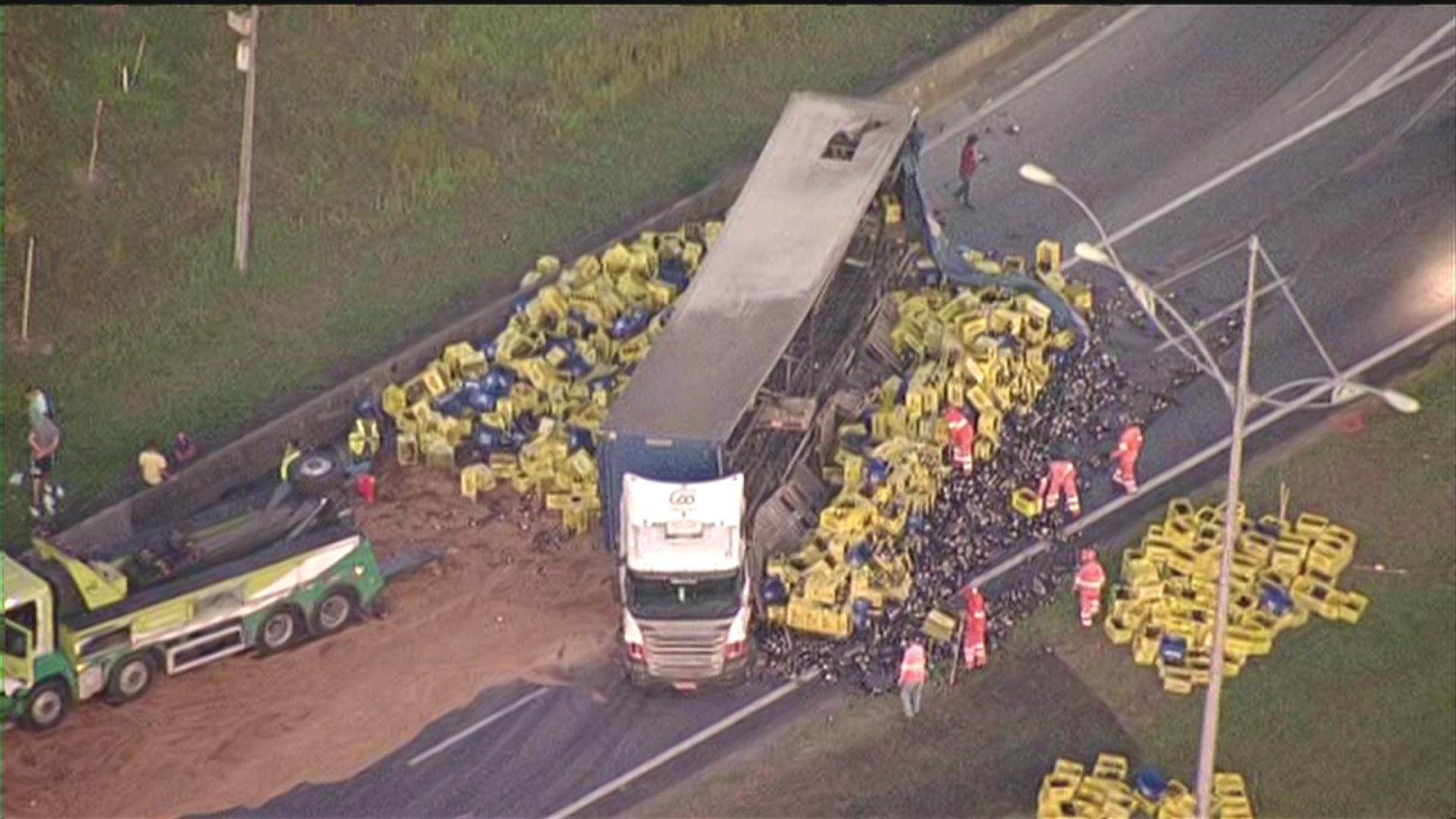 Caminhão de cerveja tombou em São Bernardo / Reprodução Band