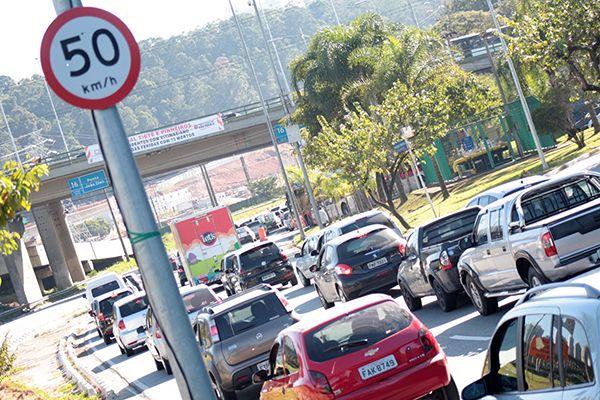 Já são exibidas placas que sinalizam novos limites de velocidade nas marginais / Luiz Claudio Barbosa / Código19 / Folhapress