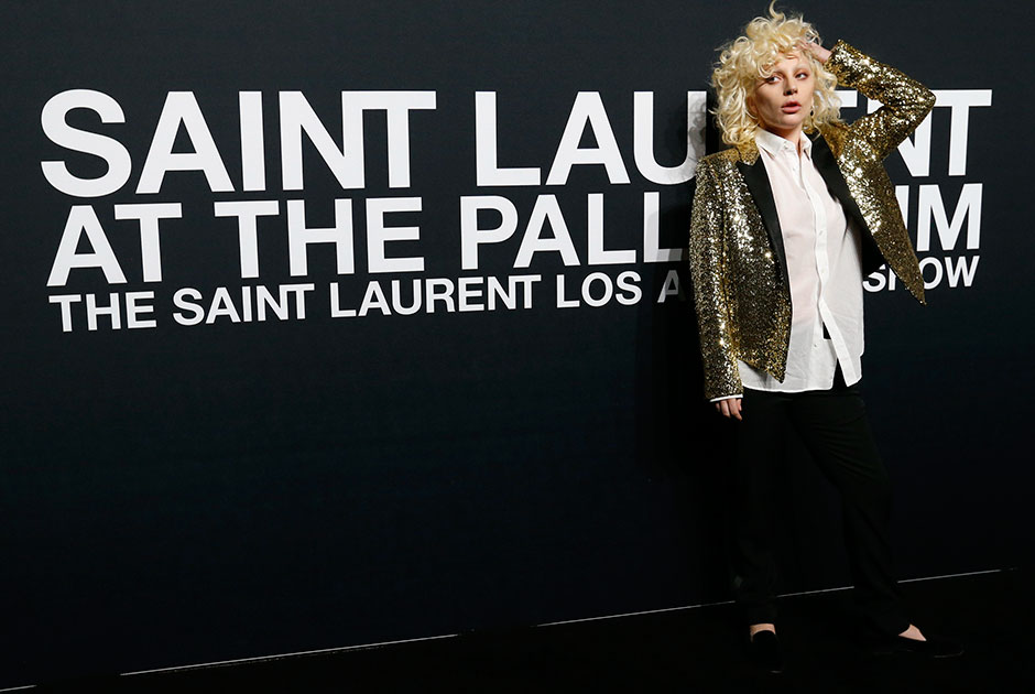 Famosos prestigiam desfile da grife Yves Saint Laurent