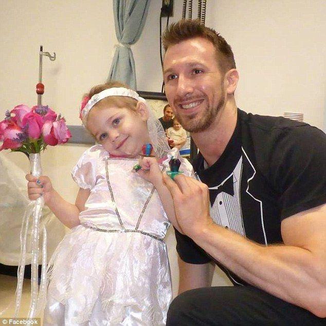 Paciente com leucemia, Abby trocou alianças (de pirulito) com Matt Hickling / Reprodução/Facebook