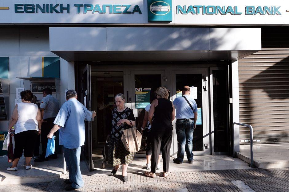 Agências bancárias gregas em todo o país abriram suas portas, que estavam fechadas desde 29 de junho / LOUISA GOULIAMAKI / AFP