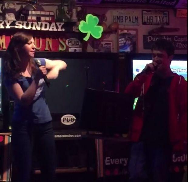 Radcliffe  e namorada levantam o público cantando / Reprodução/Youtube