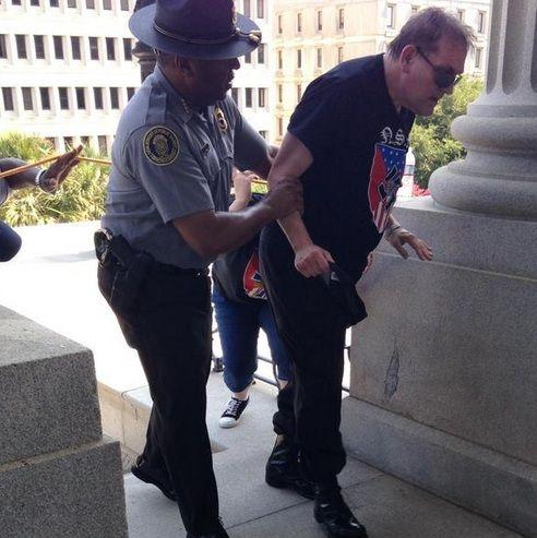 Policial negro ampara manifestante de grupo que defende a supremacia branca / Reprodução/Twitter Rob Godfrey