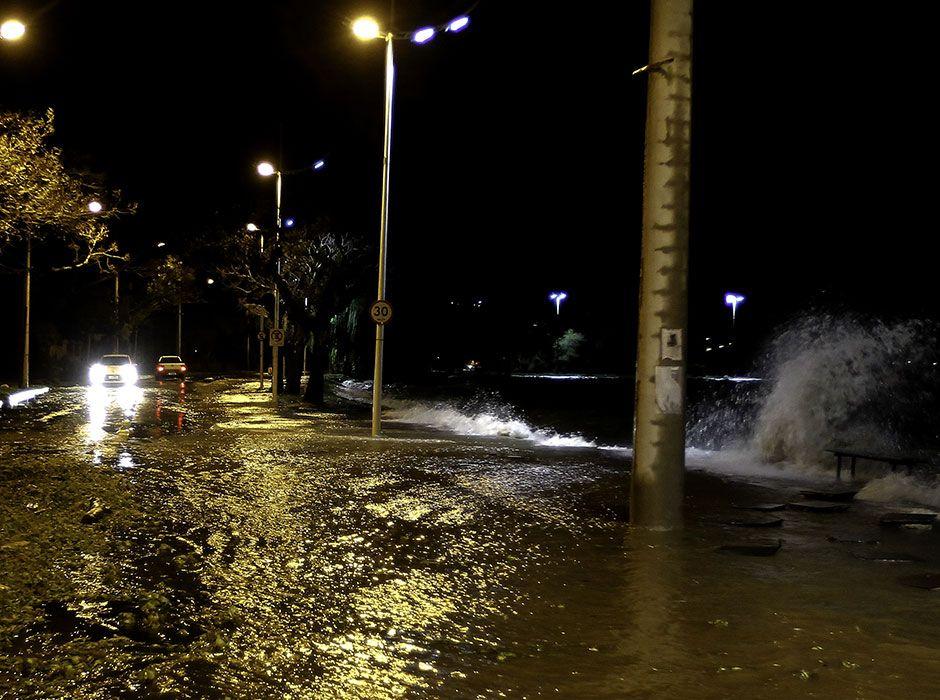 Rio transbordou e alagou toda a avenida / Carlos Eduardo de Quadros /Fotoarena/Folhapress