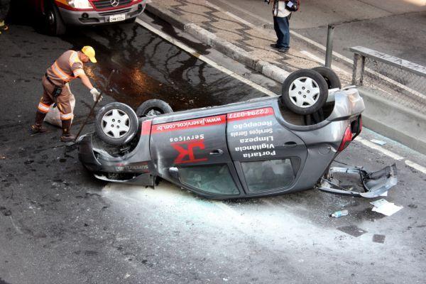 SP: motorista capota carro no Minhocão