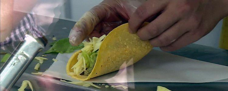 Burritos de frango, com guacamole e sour cream