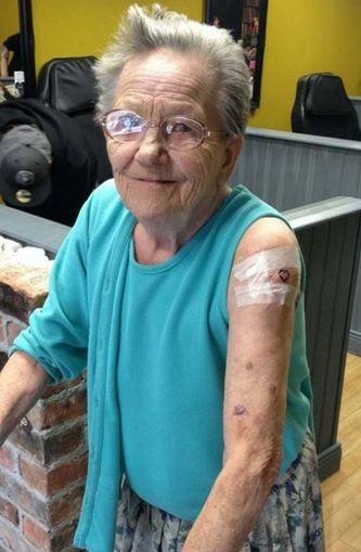 Velhinha foge do asilo para fazer 1ª tatuagem