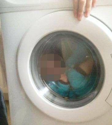 Mulher fotografa filho com Down dentro de lavadora