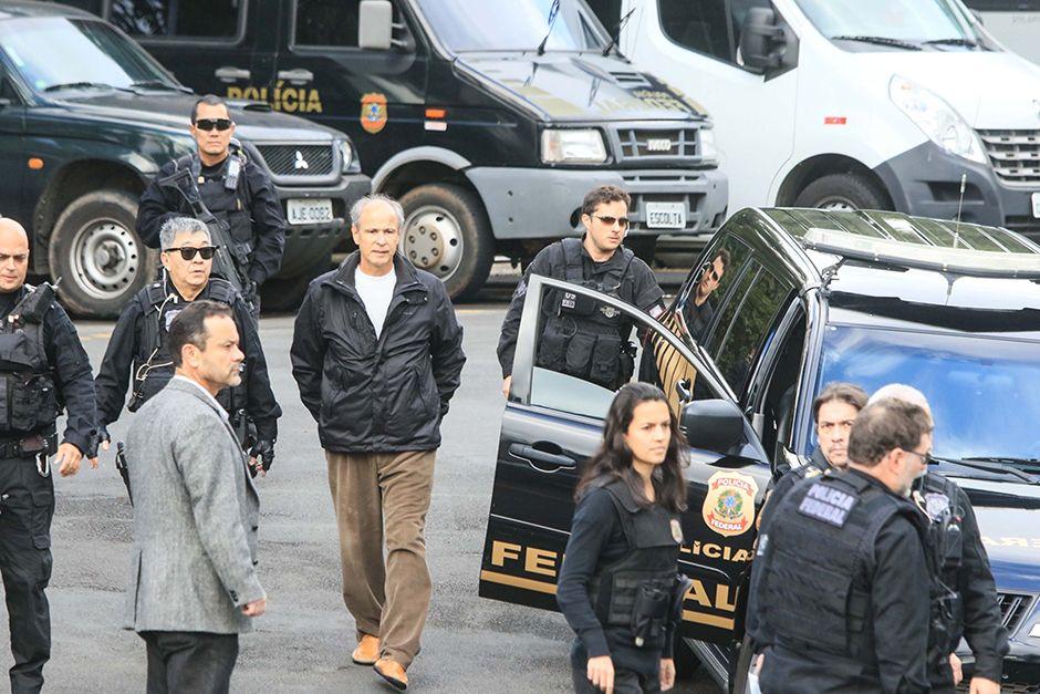 Presos da operação Lava Jato são transferidos da sede da Polícia Federal / Félix R./Futura Press/Folhapress