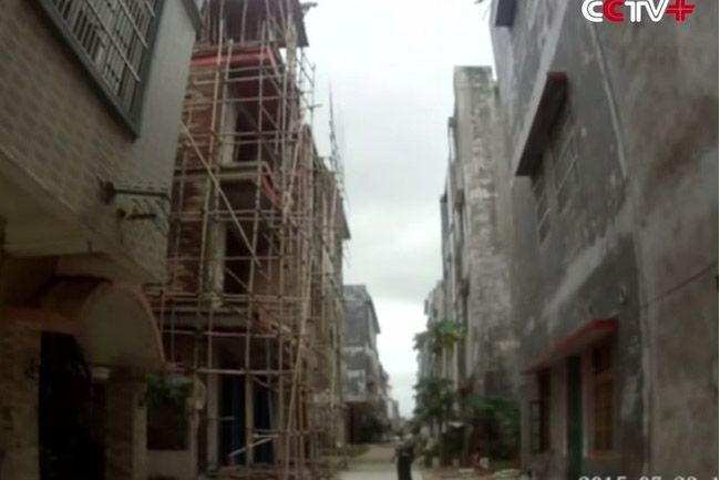 China: policial salva homem que tentava se suicidar