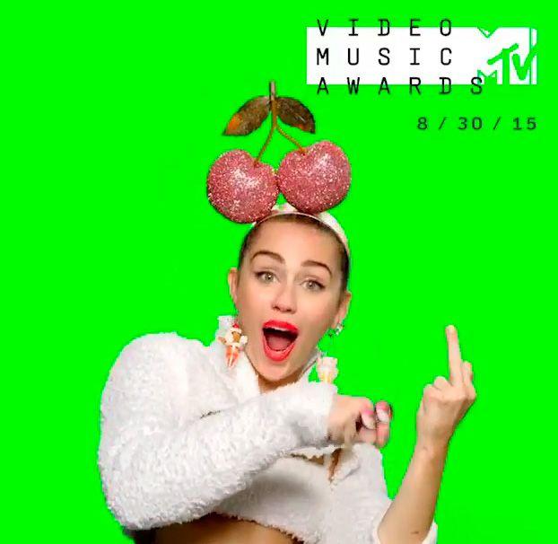Miley Cyrus gerou polêmica com o gesto / Divulgação/Instagram