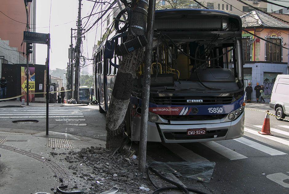 SP: ônibus bate em poste e complica trânsito em Pinheiros