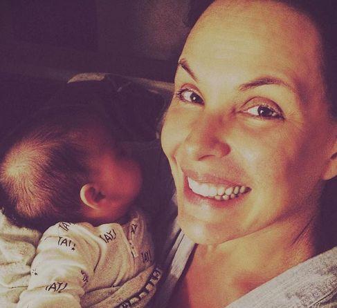 Carolina Ferraz aparece sorridente ao lado da filha