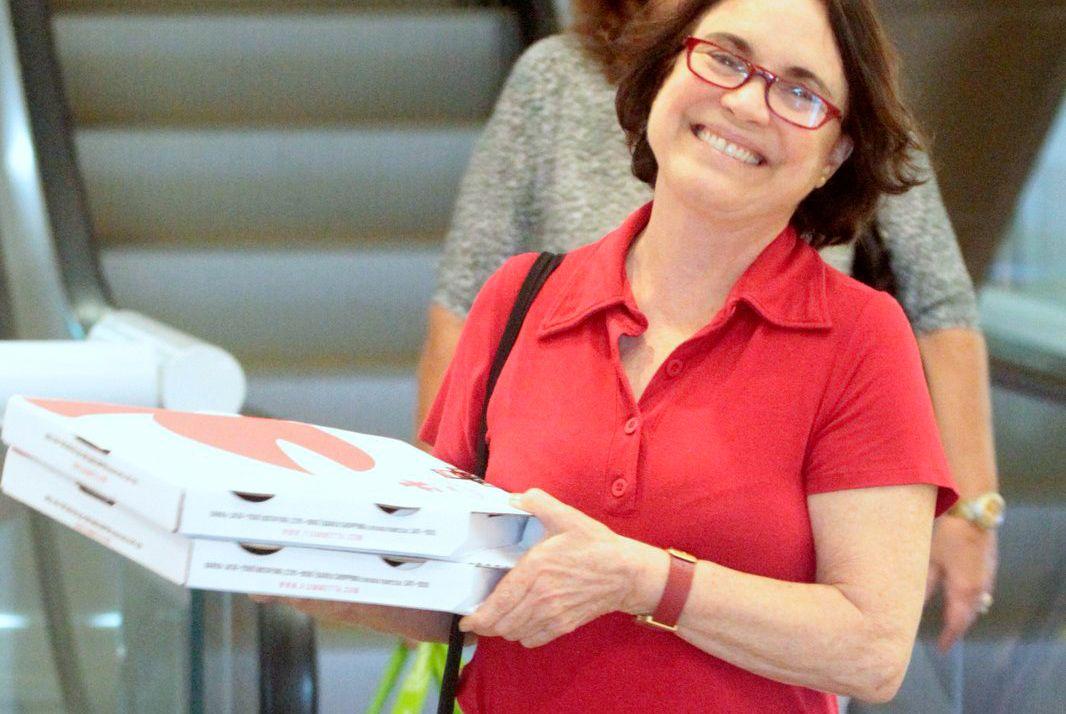 Regina Duarte compra pizza e leva para viagem