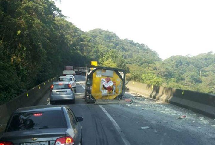 Caminhão tomba na Anchieta, mas não deixa vítimas / Tadeu/Rádio SulAmérica Trânsito