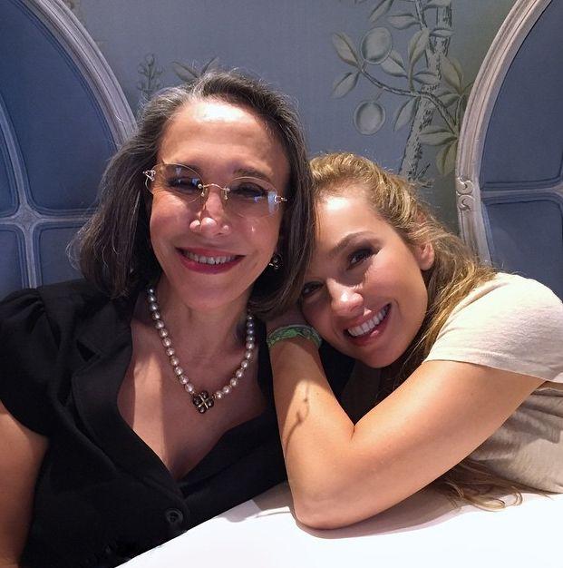 Thalia comemora encontro com Dona Florinda