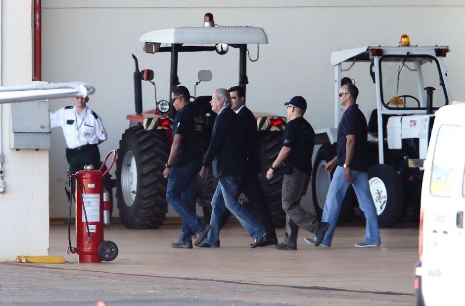 Dirceu saiu do Aeroporto de Brasília rumo a Curitiba / Alan Marques/Folhapress