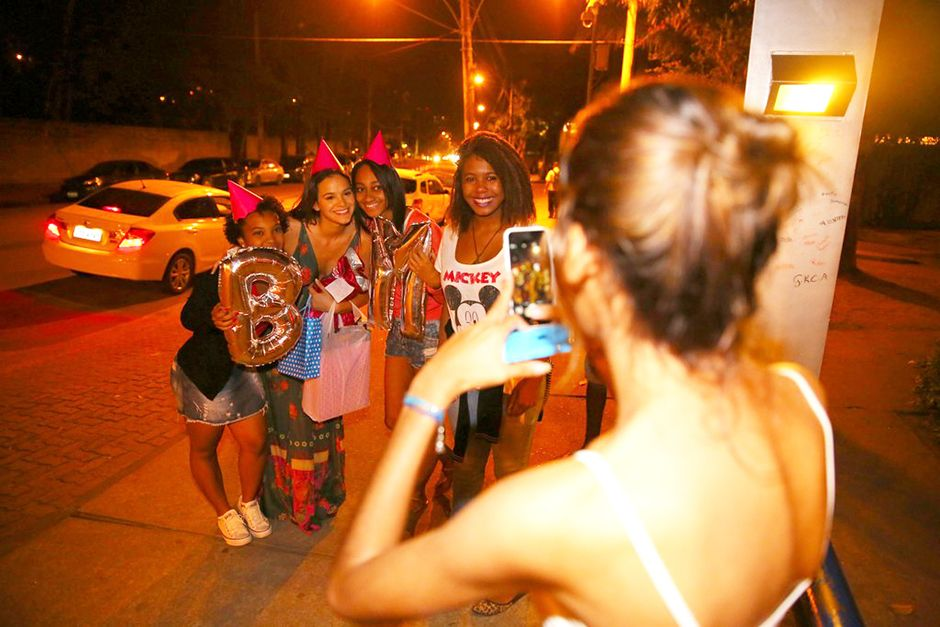 Bruna Marquezine é surpreendida por fãs / AgNews