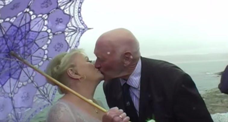 Idoso nada até cerimônia do seu casamento / Reprodução/YouTube