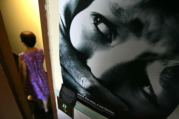 Lei diminuiu em cerca de 10% taxas de homicídio contra mulheres dentro de casa / Jefferson Coppola / Folhapress
