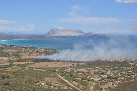 O fogo atingiu uma das áreas mais procuradas da Sardenha / Ansa