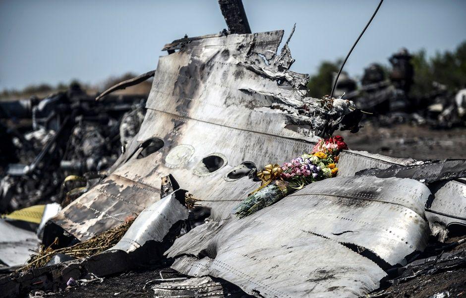 Fragmentos de míssil usado por rebeldes são achados entre peças do MH17 / BULENT KILIC / AFP