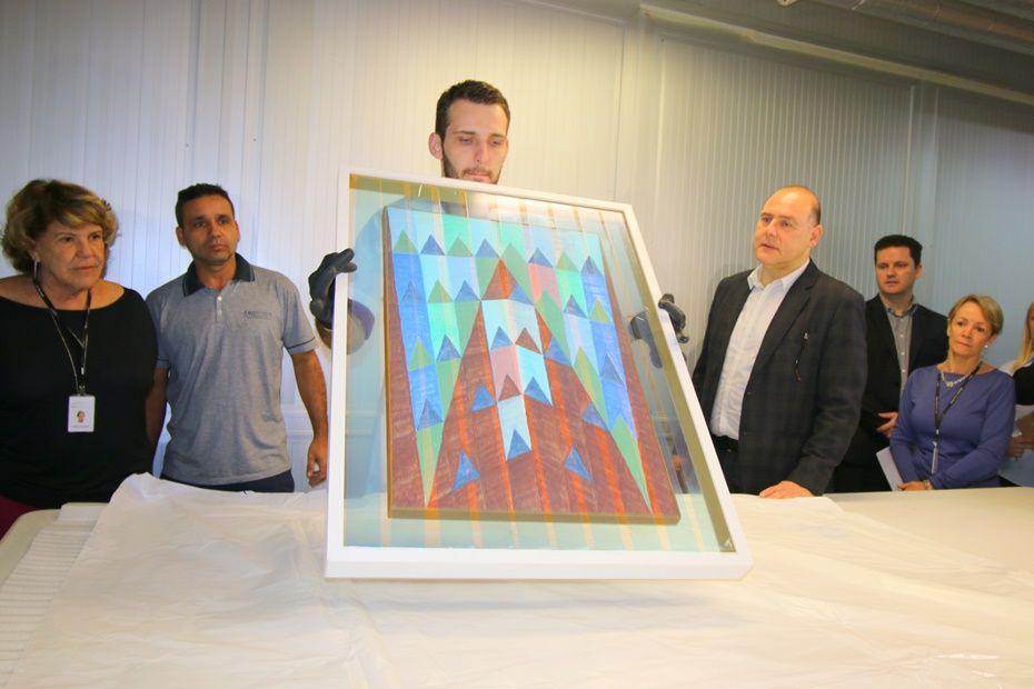 As 22 obras apreendidas durante a Lava Jato foram entregues ao MON / Gisele Pimenta/Frame/Folhapress