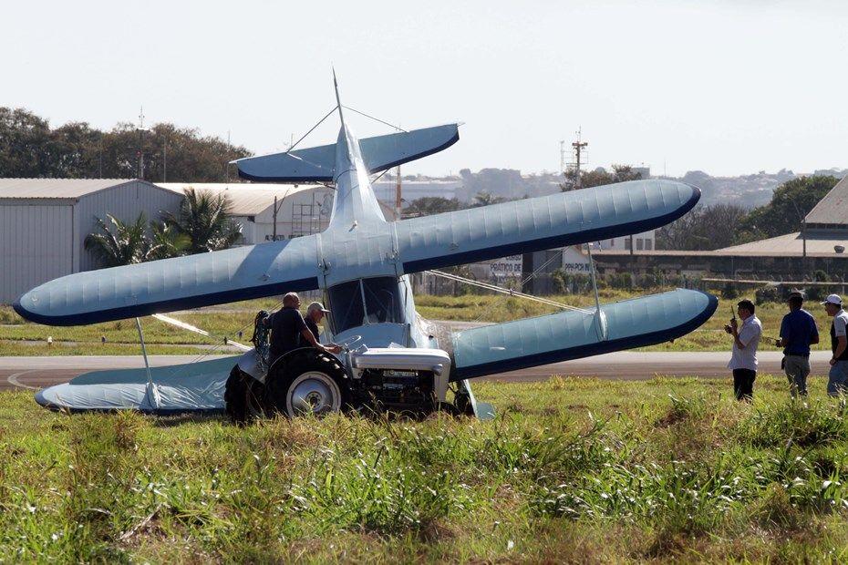 Aeronave sai da pista e faz com que trem do pouso se recolha / Denny Cesare/Codigo19/Folhapress