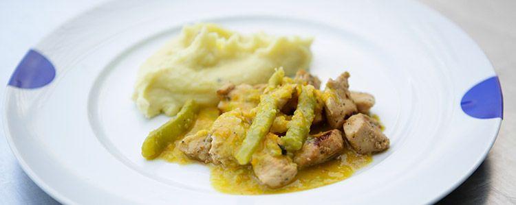 Frango com curry de verduras e purê de batata doce