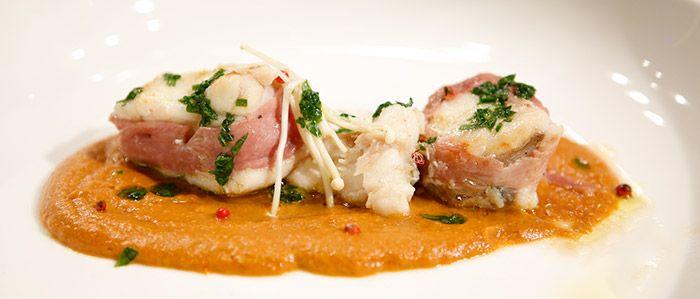 Escalope de peixe-sapo com presunto parma e bochechas pochê