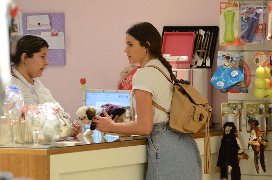 Bruna Marquezine compra cachorrinho em shopping / AgNews