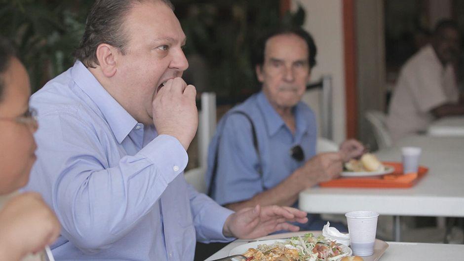 Erick Jacquin avalia a comida do Bom Prato: O tempero é bom
