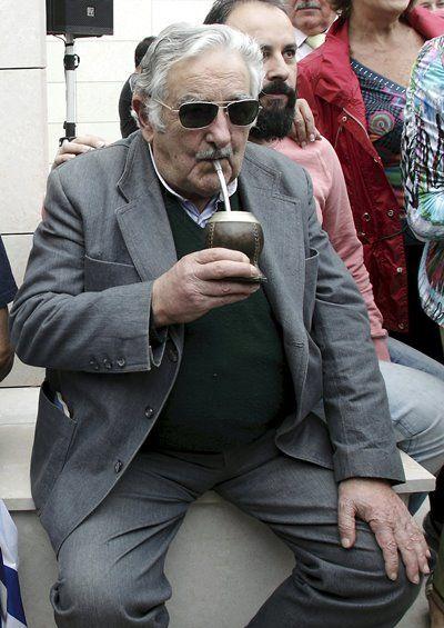 Mujica faz campanha por candidato de Kirchner