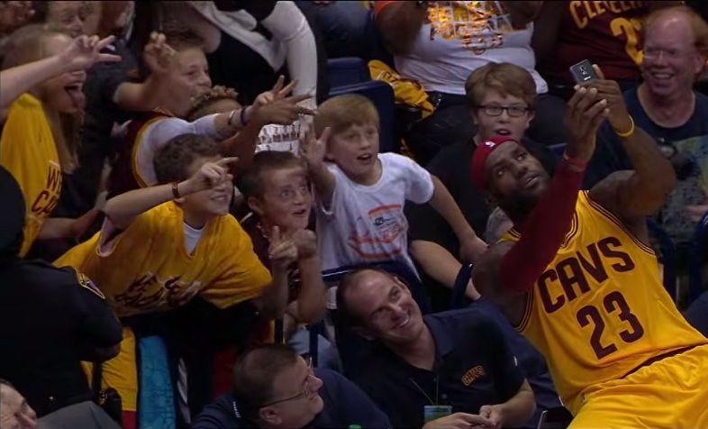LeBron James tira selfie com fãs no meio de jogo