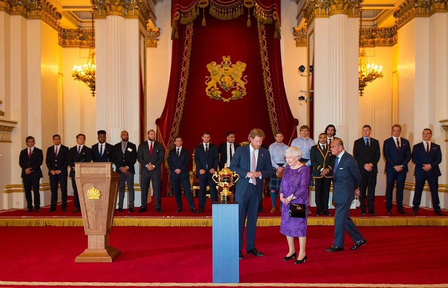 Elizabeth II recebe jogadores do mundial de rugby