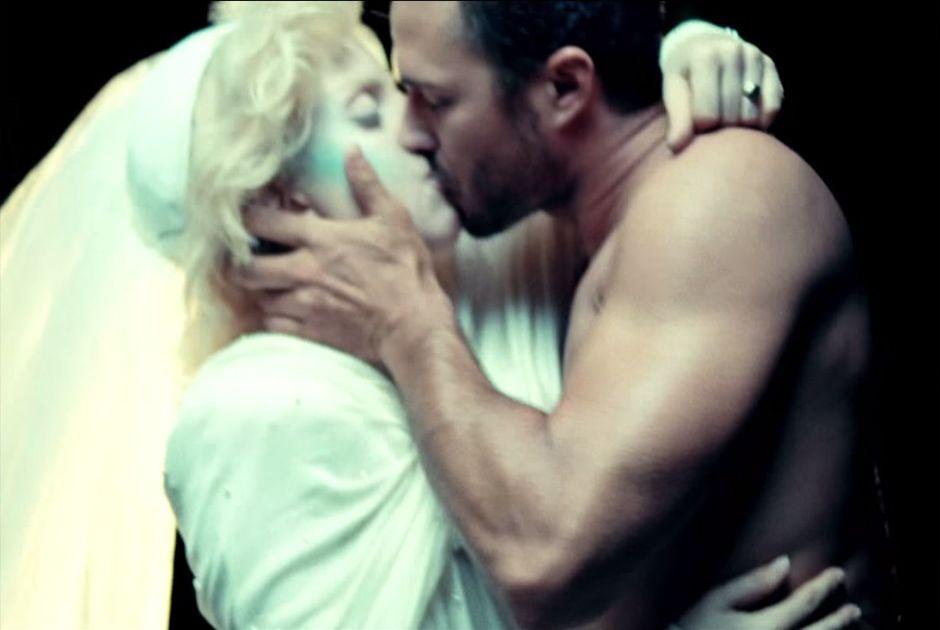Lady Gaga e Taylor Kinney se beijaram em clipe / Reprodução/YouTube