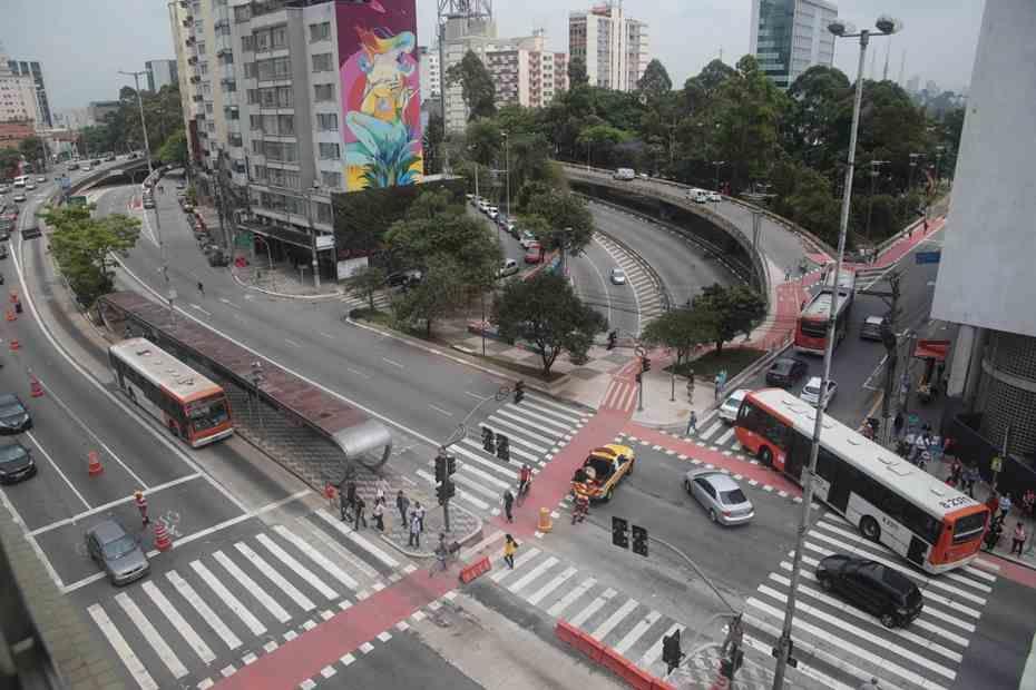 Ônibus pega fogo na Avenida Rebouças