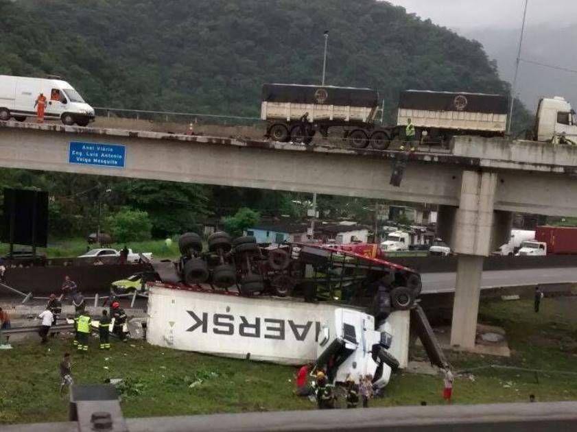 Carreta bate em mureta e cai de viaduto em SP