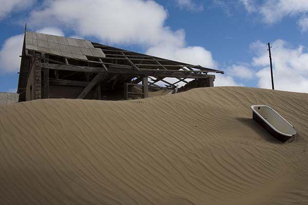 Kolmanskop, na Namíbia, também é um lugar, no mínimo, assustador