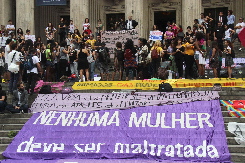 Protesto contra o projeto de lei 5069, de autoria do deputado Eduardo Cunha, no centro do Rio de Janeiro / Jose Lucena/Futura Press/Folhapress